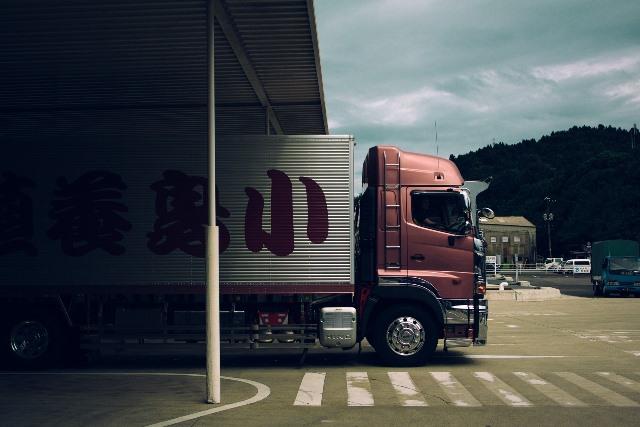 LKW im Logistikzentrum