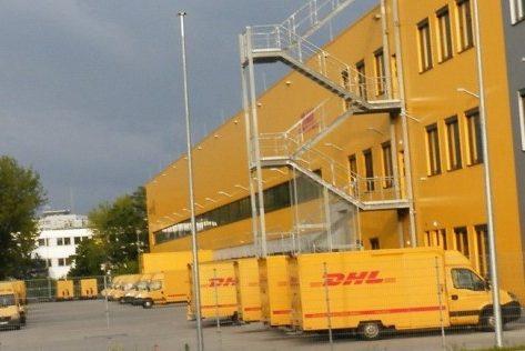 DHL Transporter im Verteilzentrum