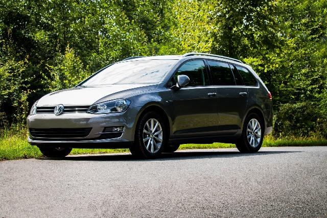 VW auf einer Landstraße