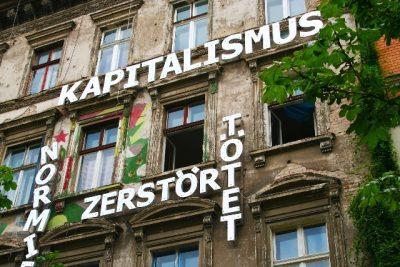 Altes Mietshaus mit Kapitalismuskritik